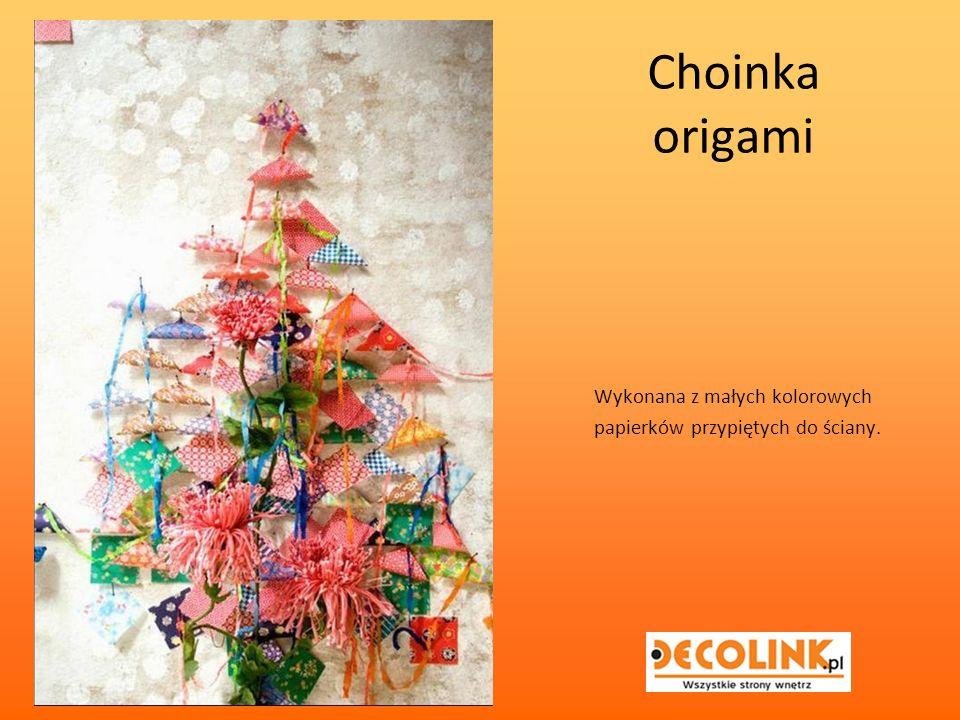 Choinka origami Wykonana z małych kolorowych papierków przypiętych do ściany.