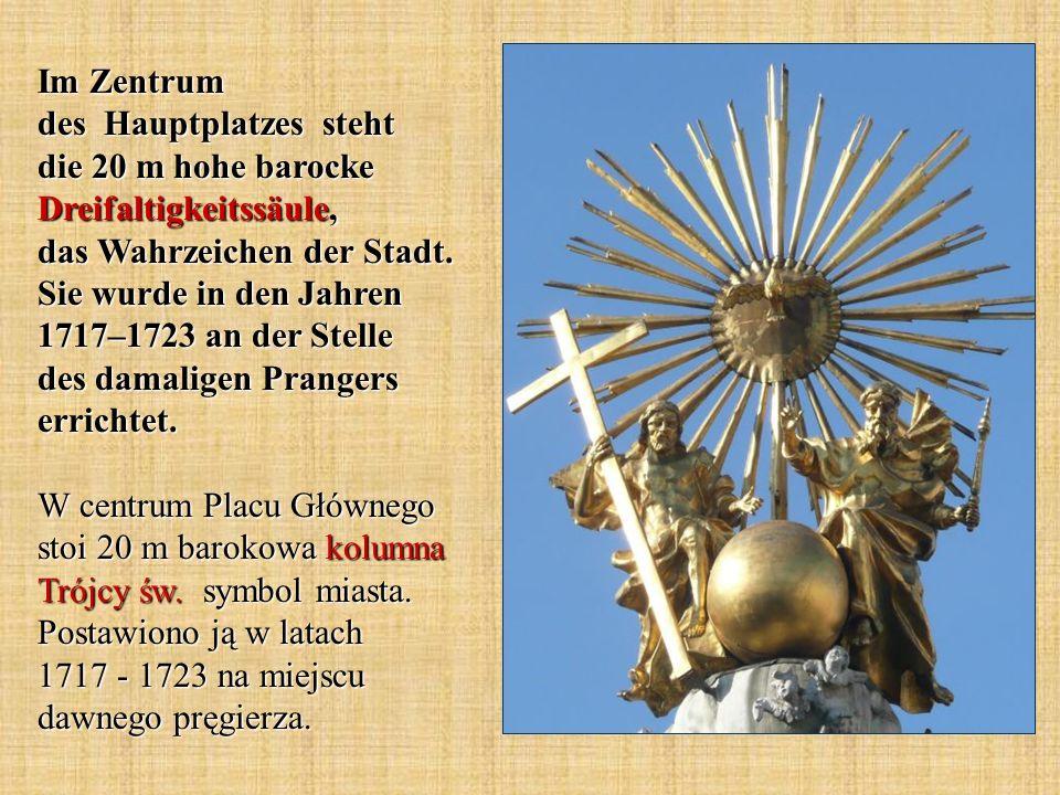 Im Zentrum des Hauptplatzes steht die 20 m hohe barocke Dreifaltigkeitssäule, das Wahrzeichen der Stadt.