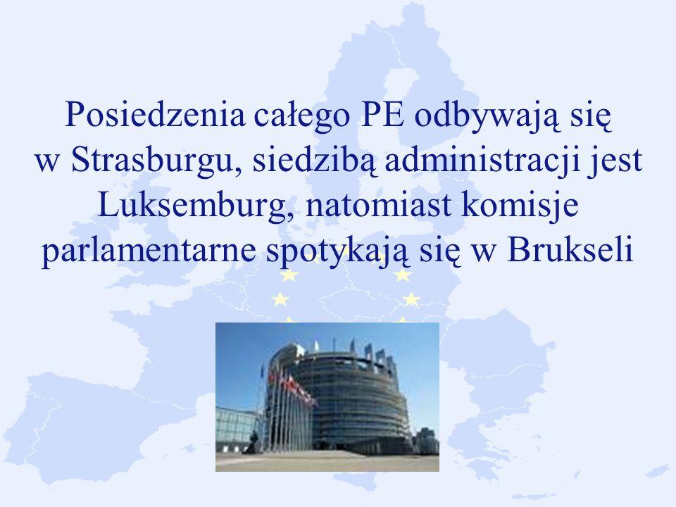 Posiedzenia całego PE odbywają się w Strasburgu, siedzibą administracji jest Luksemburg, natomiast komisje parlamentarne spotykają się w Brukseli