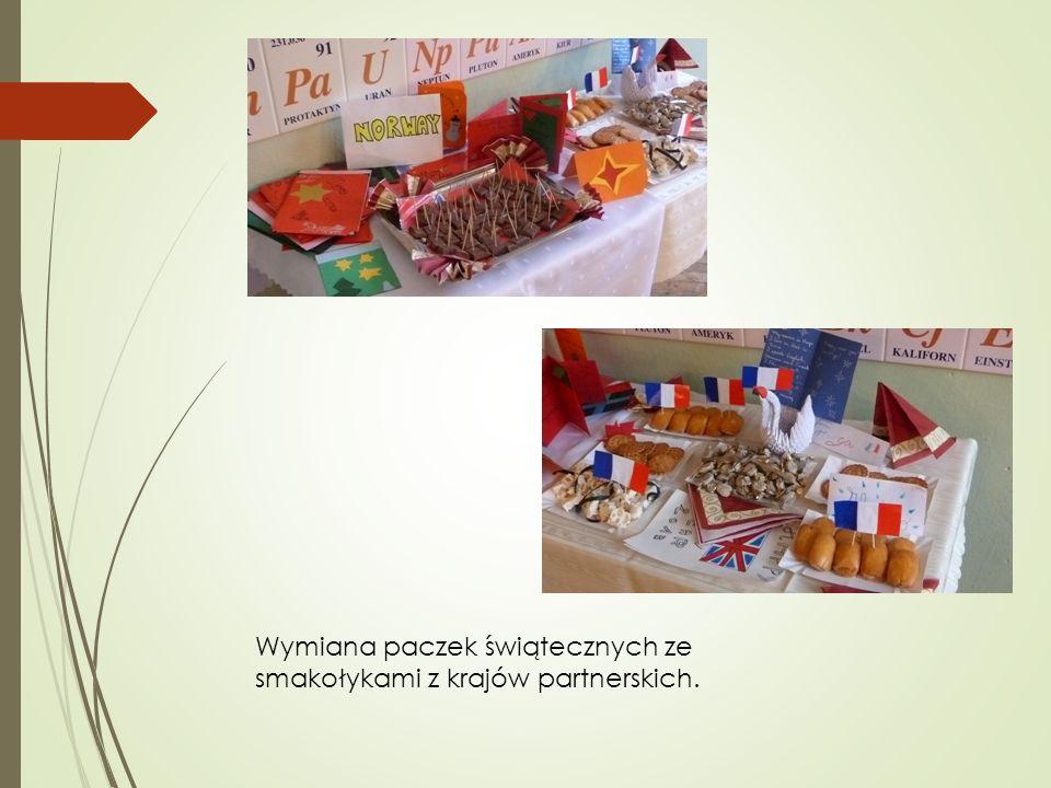 Wymiana paczek świątecznych ze smakołykami z krajów partnerskich.
