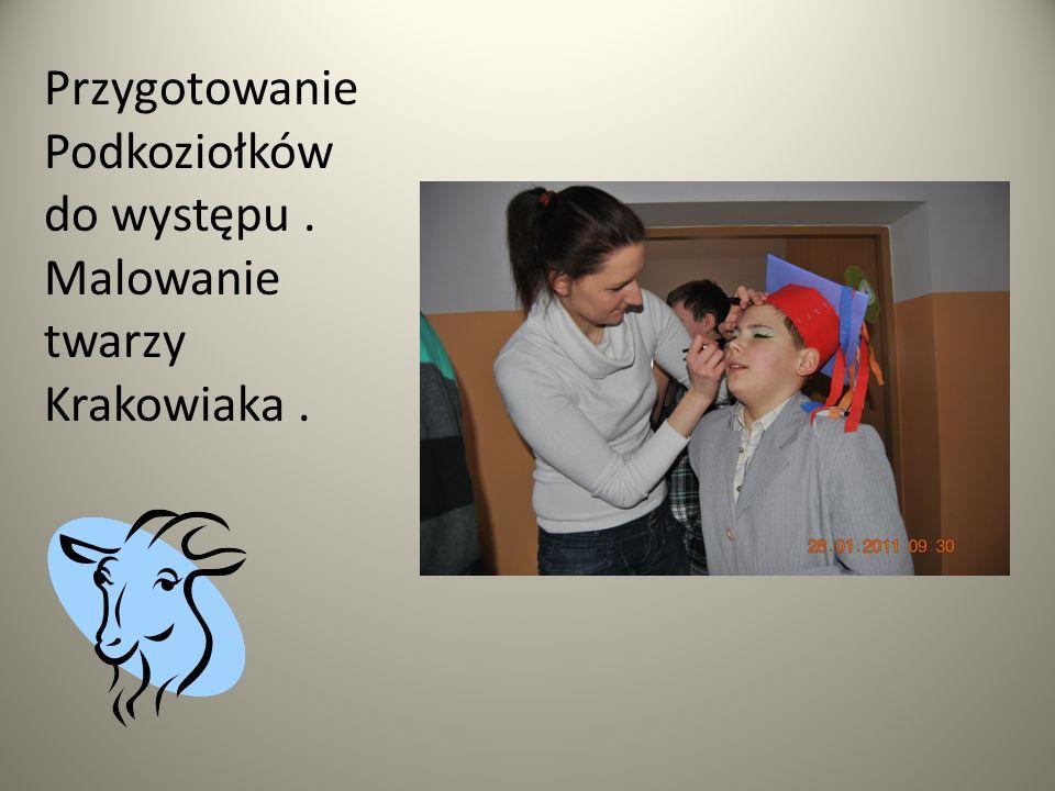 Przygotowanie Podkoziołków do występu. Malowanie twarzy Krakowiaka.