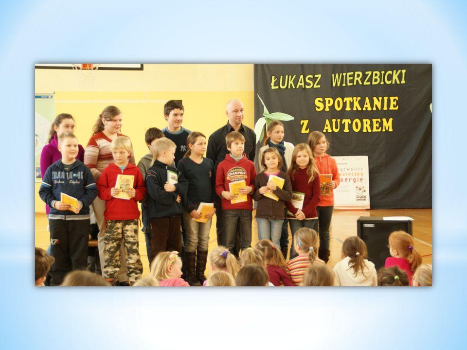 Autor własnoręcznie wręczał dzieciom nagrody, którymi oczywiście były… książki.
