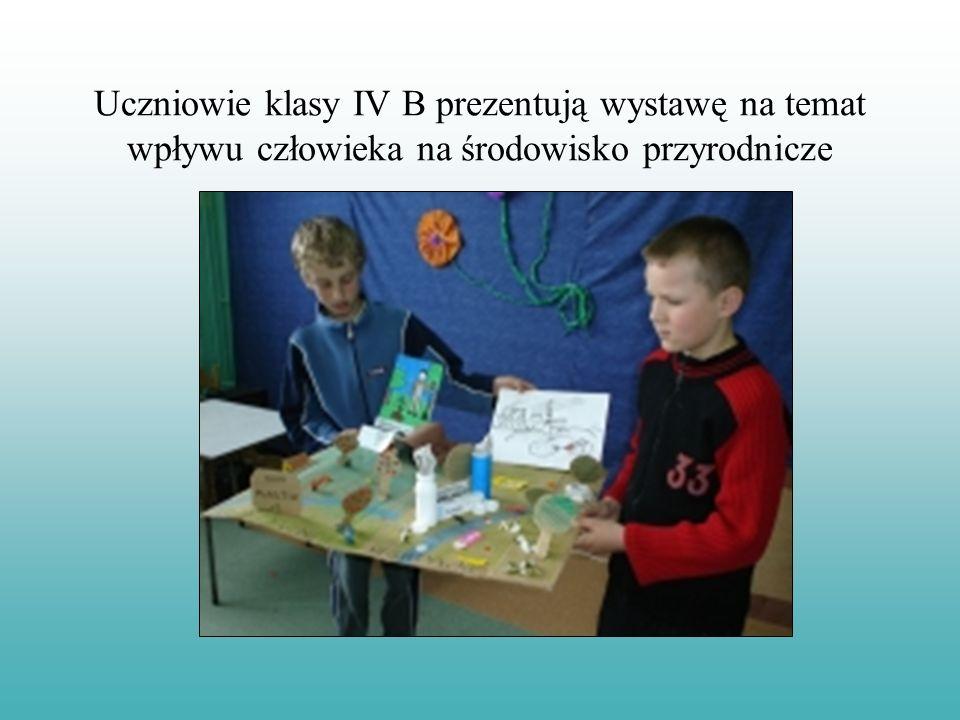 Uczniowie klasy IV B prezentują wystawę na temat wpływu człowieka na środowisko przyrodnicze