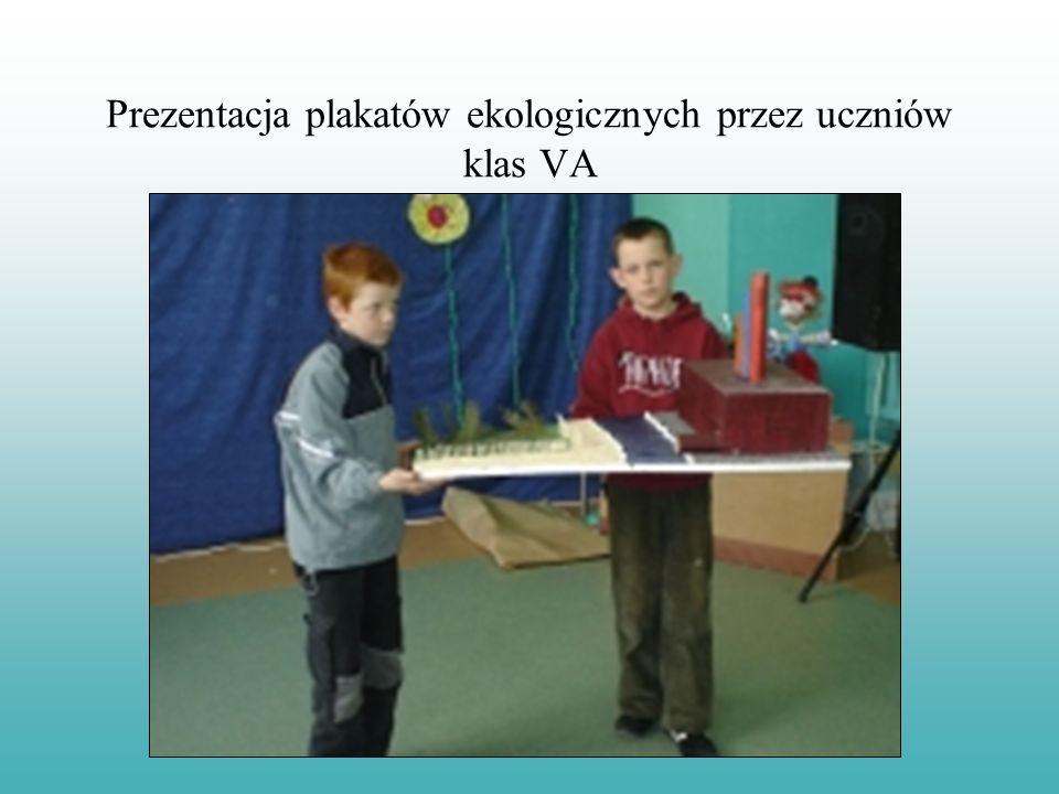 Pokaz plakatów ekologicznych przez klasy IV