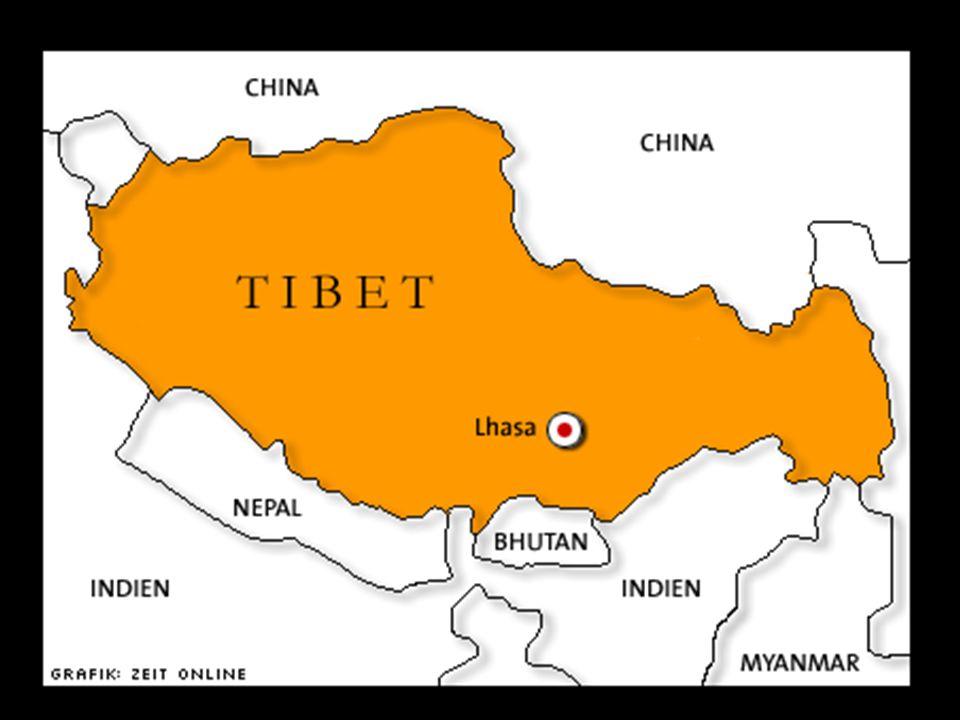 Mnisi tybetańscy rozmawiają przed klasztorem Sera.