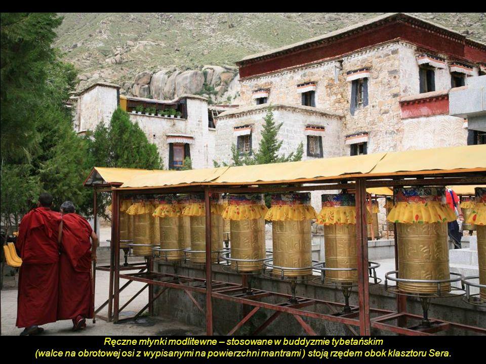Przy klasztorze Sera. (Wykorzystanie luster parabolicznych do gotowania za pomocą energii słonecznej, made in China)