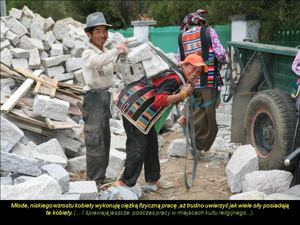Ręczne młynki modlitewne – stosowane w buddyzmie tybetańskim (walce na obrotowej osi z wypisanymi na powierzchni mantrami ) stoją rzędem obok klasztor