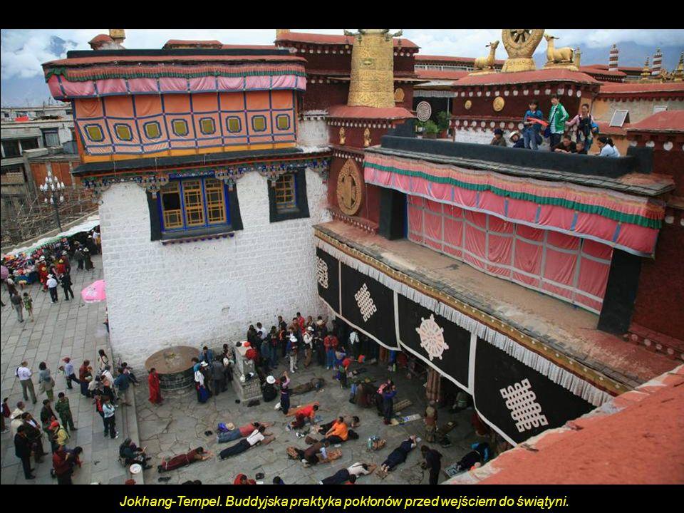 Buddyjska świątynia Jokhang-Temple z 7 wieku i wieczny ogień przed nią. Jedna z największych atrakcji turystycznych Lhasy i jednocześnie jej centrum d