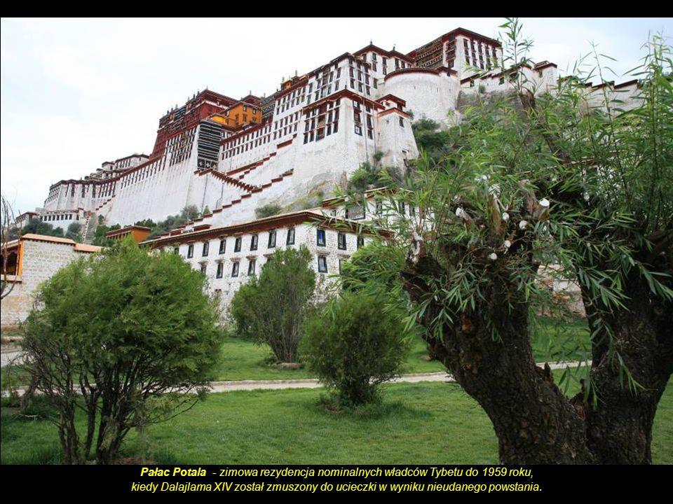 Jokhang Temple: Ornamenty i flagi zdobiące świątynię.