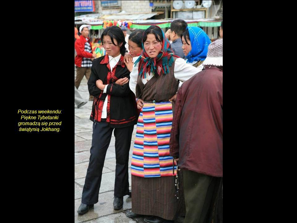 Jokhang-Tempel. Buddyjska praktyka pokłonów przed wejściem do świątyni.