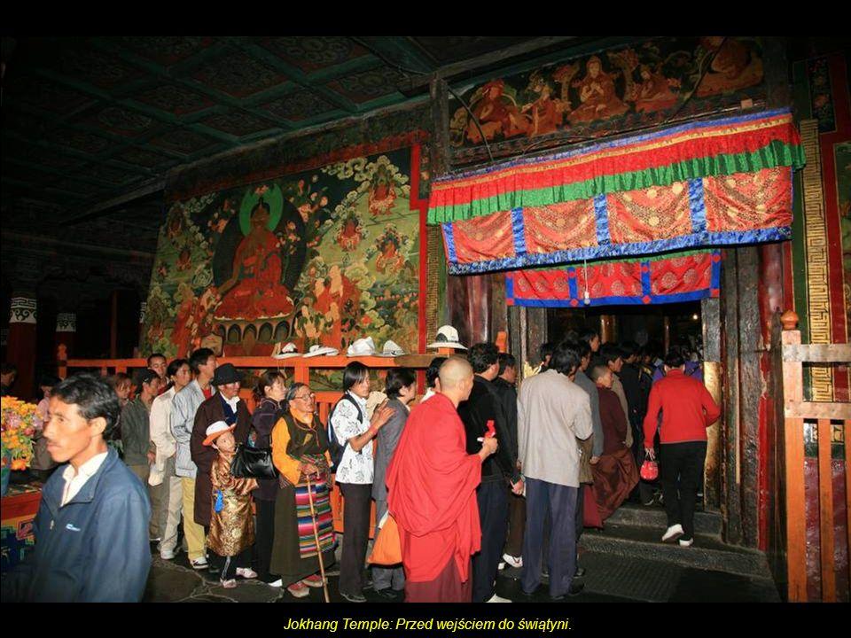 Jokhang Temple: Czynności upiększające tuż przed wejściem do świątyni.