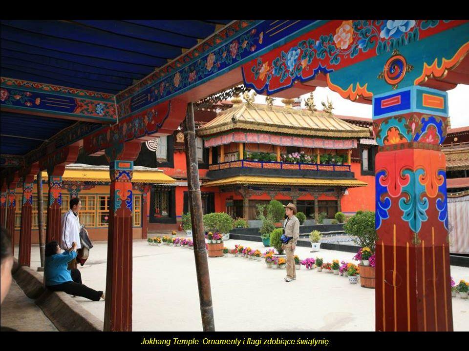 Jokhang Temple: Przed wejściem do świątyni.