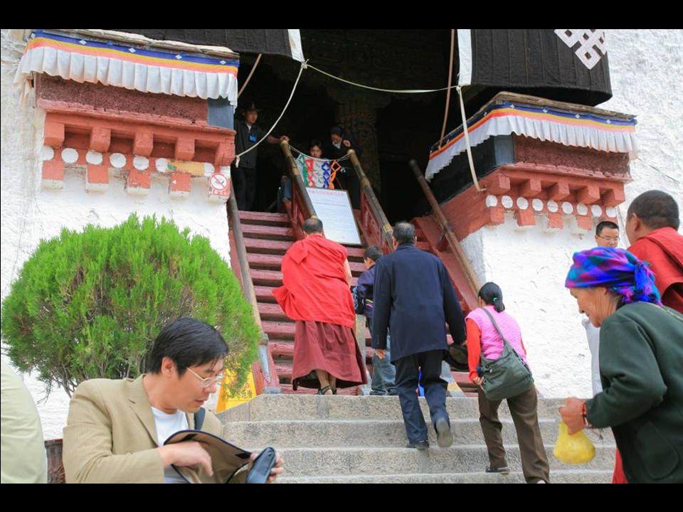 Ręczne młynki modlitewne – stosowane w buddyzmie tybetańskim (walce na obrotowej osi z wypisanymi na powierzchni mantrami ) stoją rzędem obok klasztoru Sera.