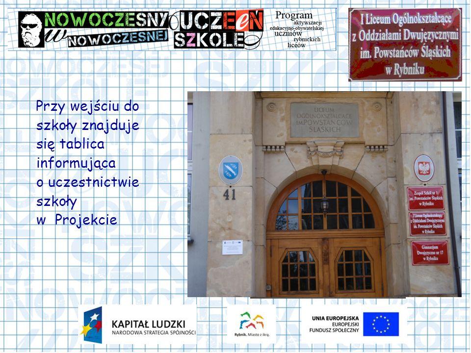 Przy wejściu do szkoły znajduje się tablica informująca o uczestnictwie szkoły w Projekcie