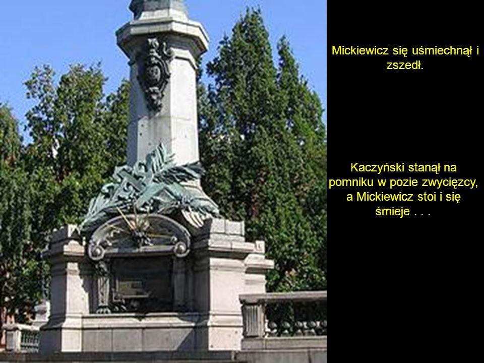 Kaczyński pomyślał i poszedł. Podchodzi do pomnika i mówi: Adam spieprzaj, bo to moje miejsce.
