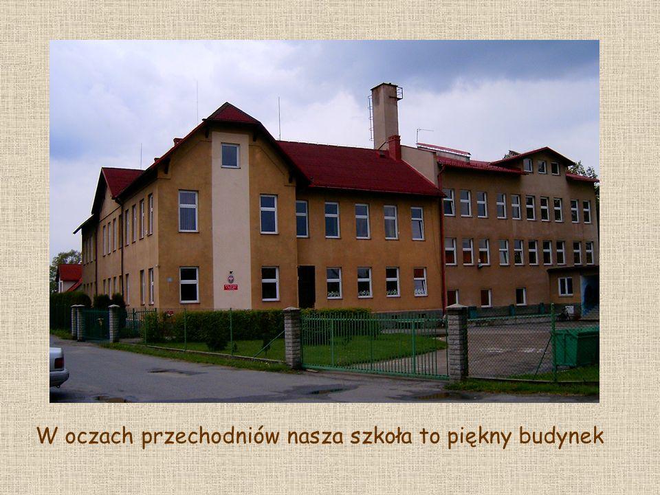 Szkoła posiada swoją salę gimnastyczną, do której uczniowie przechodzą przez korytarze szkolne.