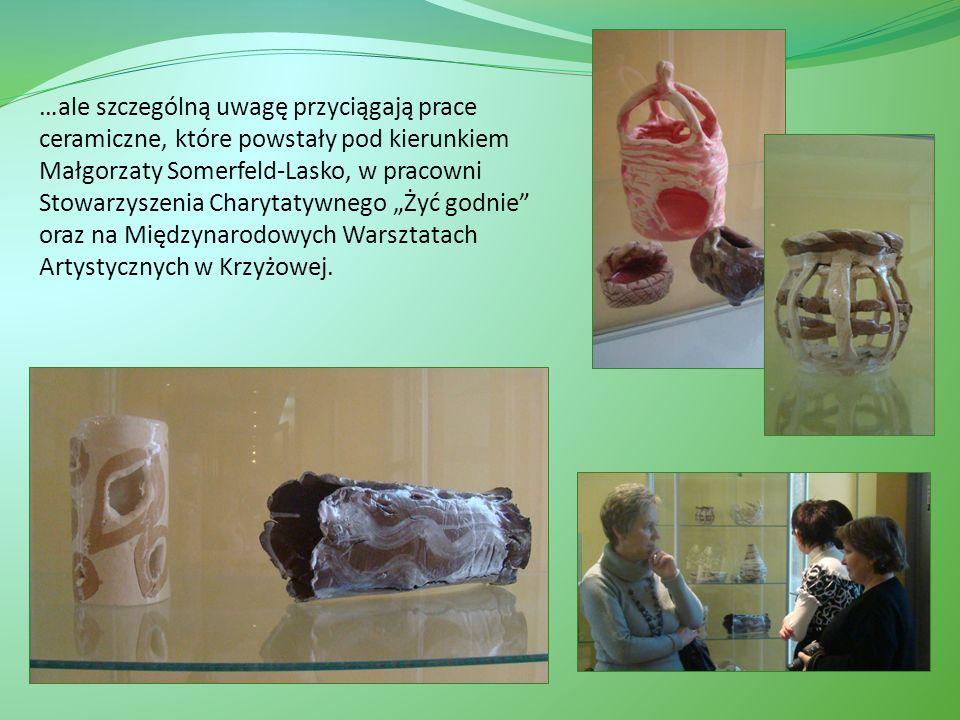 …ale szczególną uwagę przyciągają prace ceramiczne, które powstały pod kierunkiem Małgorzaty Somerfeld-Lasko, w pracowni Stowarzyszenia Charytatywnego Żyć godnie oraz na Międzynarodowych Warsztatach Artystycznych w Krzyżowej.