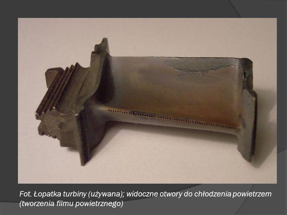 Fot. Łopatka turbiny (używana); widoczne otwory do chłodzenia powietrzem (tworzenia filmu powietrznego)