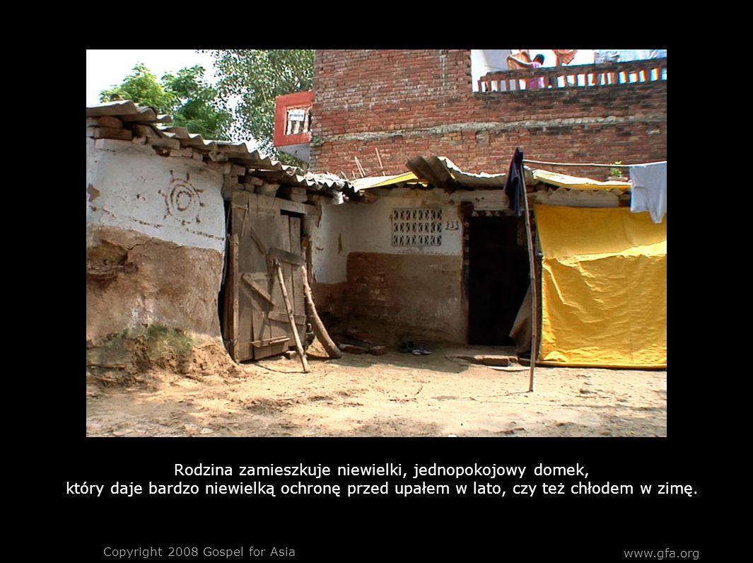 www.gfa.org Copyright 2008 Gospel for Asia Rodzina zamieszkuje niewielki, jednopokojowy domek, który daje bardzo niewielką ochronę przed upałem w lato, czy też chłodem w zimę.