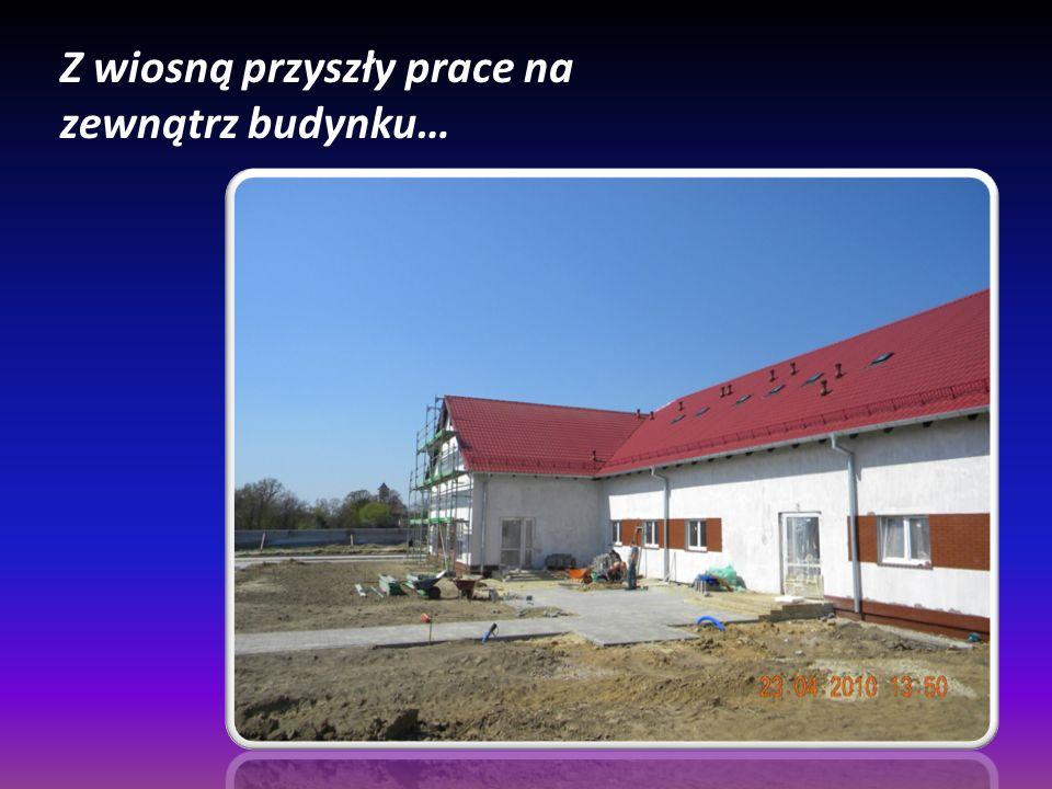 Z wiosną przyszły prace na zewnątrz budynku…