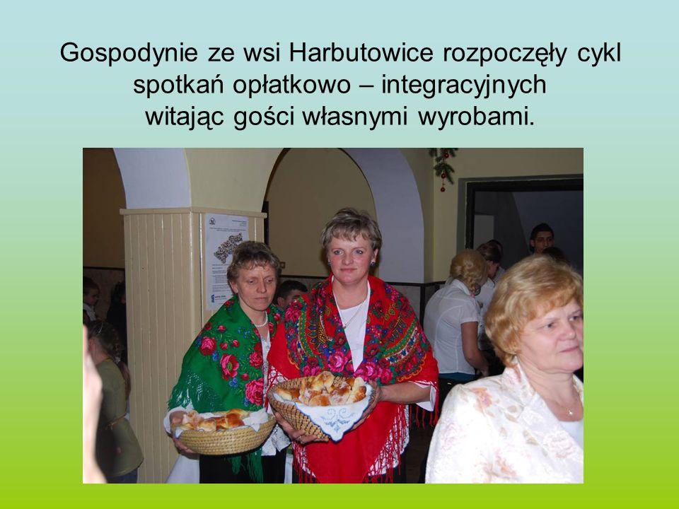 Gospodynie ze wsi Harbutowice rozpoczęły cykl spotkań opłatkowo – integracyjnych witając gości własnymi wyrobami.