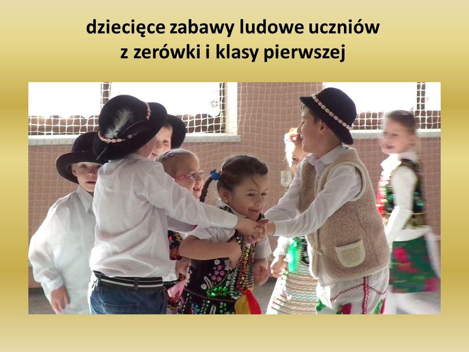 dziecięce zabawy ludowe uczniów z zerówki i klasy pierwszej