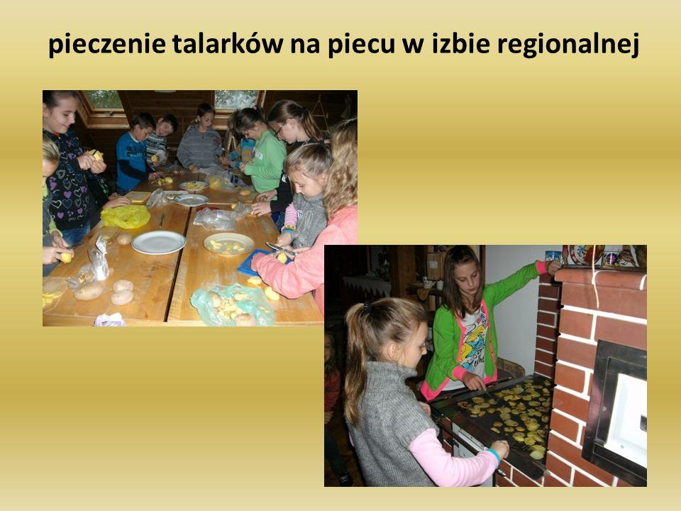 pieczenie talarków na piecu w izbie regionalnej
