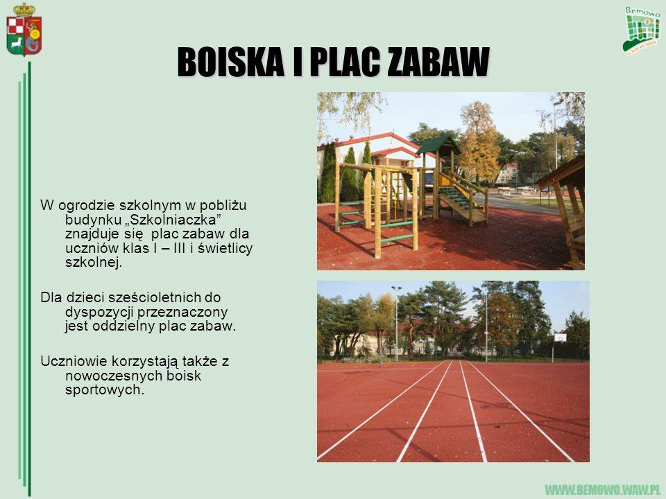 """BOISKA I PLAC ZABAW W ogrodzie szkolnym w pobliżu budynku """"Szkolniaczka znajduje się plac zabaw dla uczniów klas I – III i świetlicy szkolnej."""