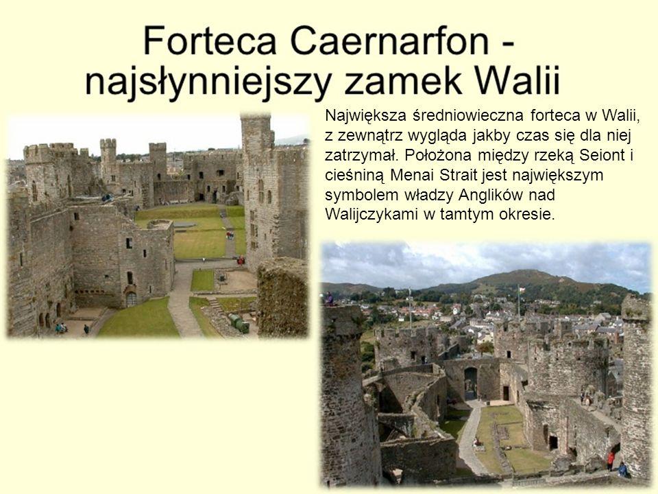 Największa średniowieczna forteca w Walii, z zewnątrz wygląda jakby czas się dla niej zatrzymał. Położona między rzeką Seiont i cieśniną Menai Strait