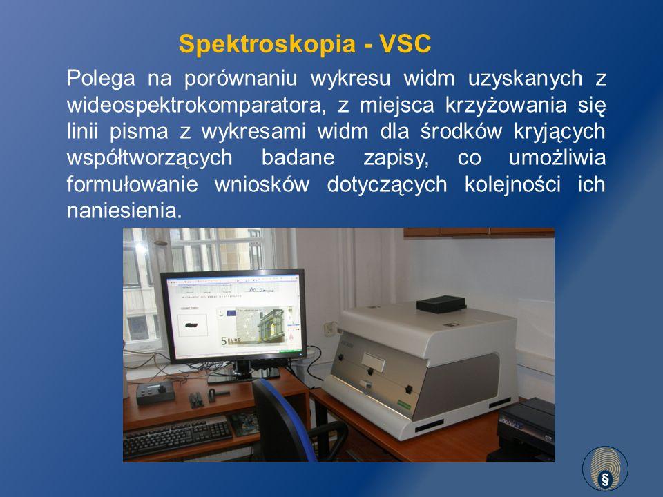 Spektroskopia - VSC Polega na porównaniu wykresu widm uzyskanych z wideospektrokomparatora, z miejsca krzyżowania się linii pisma z wykresami widm dla środków kryjących współtworzących badane zapisy, co umożliwia formułowanie wniosków dotyczących kolejności ich naniesienia.