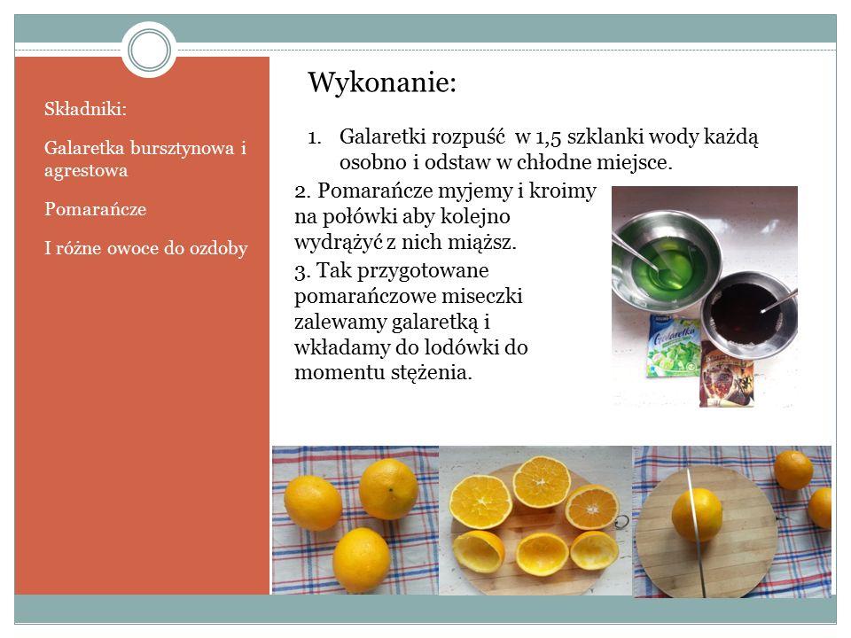 Składniki: Galaretka bursztynowa i agrestowa Pomarańcze I różne owoce do ozdoby Wykonanie: 1.Galaretki rozpuść w 1,5 szklanki wody każdą osobno i odstaw w chłodne miejsce.