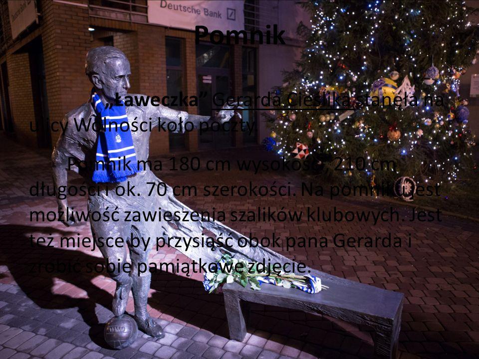 """Pomnik """"Ławeczka Gerarda Cieślika stanęła na ulicy Wolności koło poczty."""