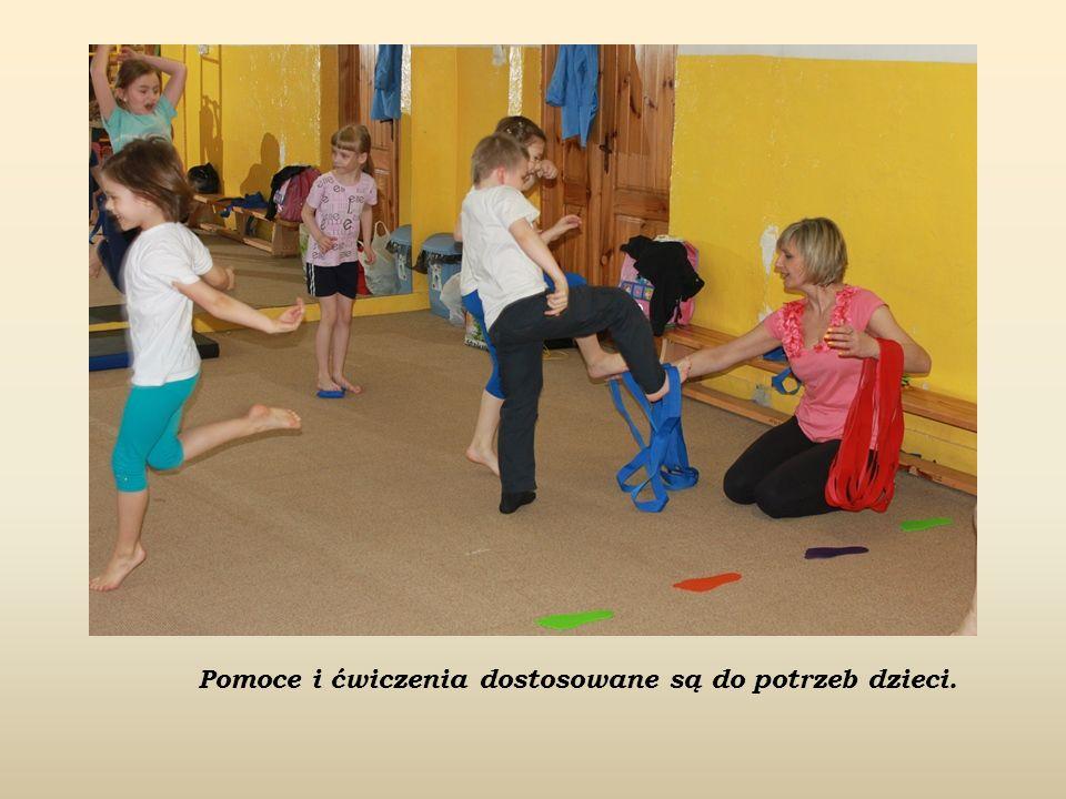 Pomoce i ćwiczenia dostosowane są do potrzeb dzieci.