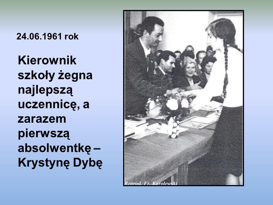 24.06.1961 rok Kierownik szkoły żegna najlepszą uczennicę, a zarazem pierwszą absolwentkę – Krystynę Dybę