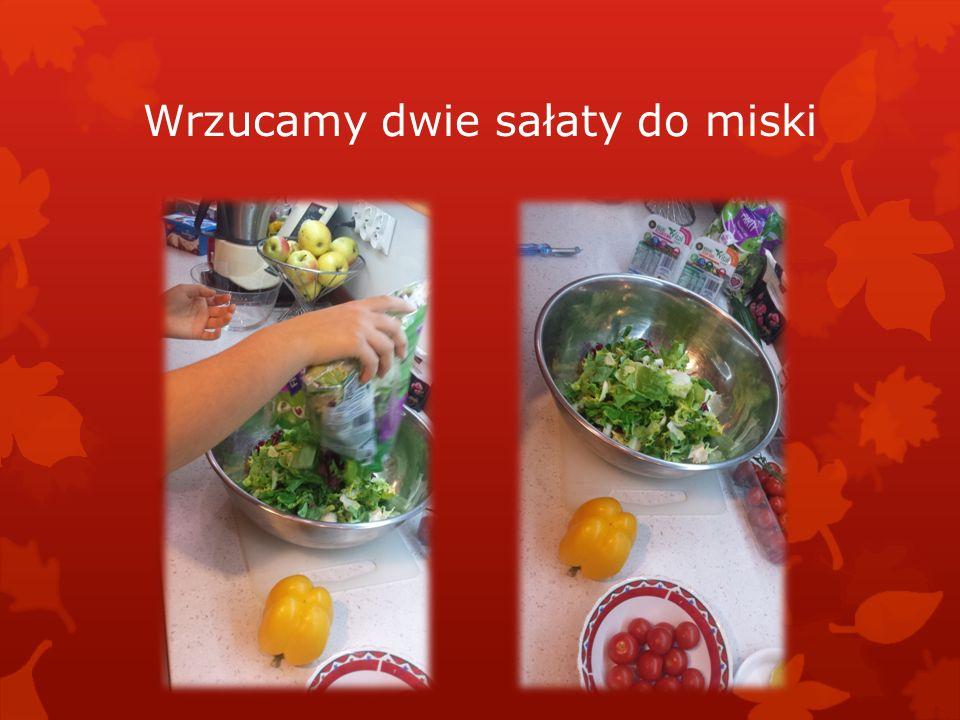 Wrzucamy dwie sałaty do miski