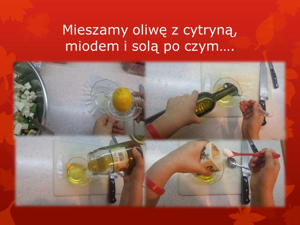 Mieszamy oliwę z cytryną, miodem i solą po czym….