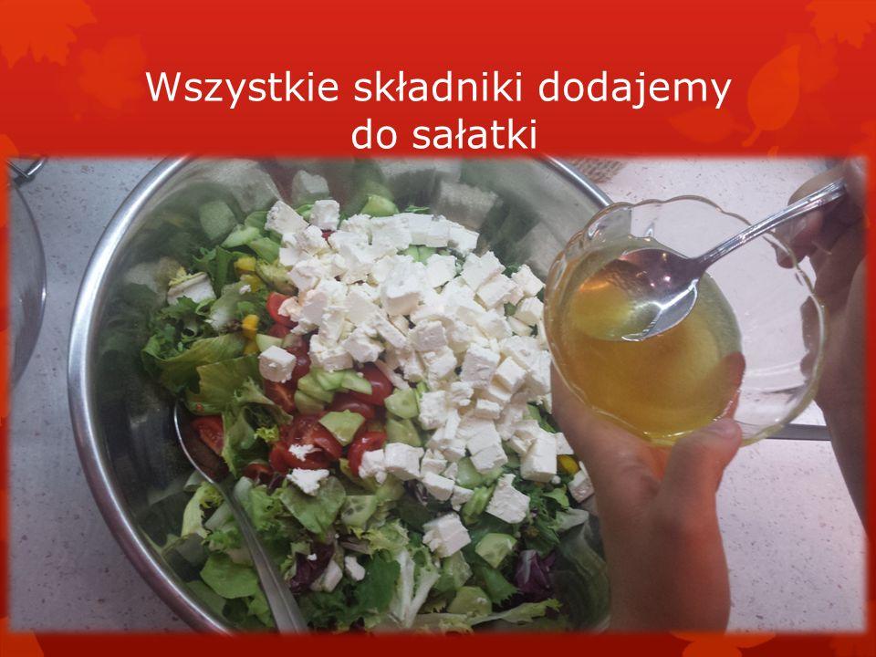 Wszystkie składniki dodajemy do sałatki