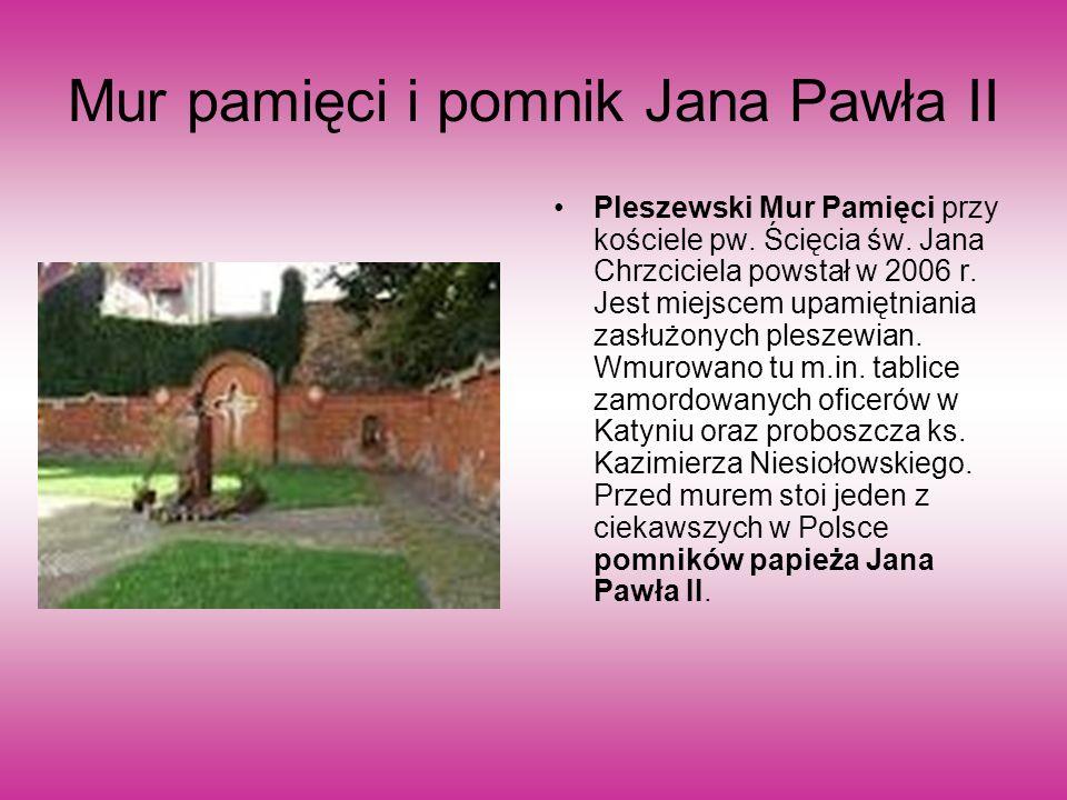 Mur pamięci i pomnik Jana Pawła II Pleszewski Mur Pamięci przy kościele pw.