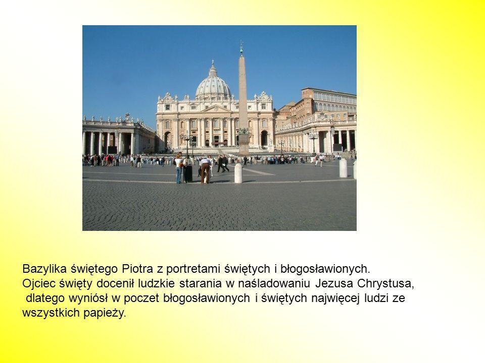Bazylika świętego Piotra z portretami świętych i błogosławionych. Ojciec święty docenił ludzkie starania w naśladowaniu Jezusa Chrystusa, dlatego wyni