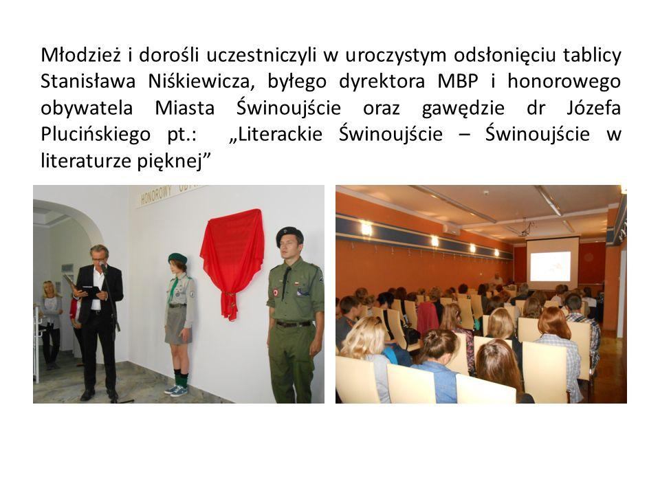 Młodzież i dorośli uczestniczyli w uroczystym odsłonięciu tablicy Stanisława Niśkiewicza, byłego dyrektora MBP i honorowego obywatela Miasta Świnoujśc