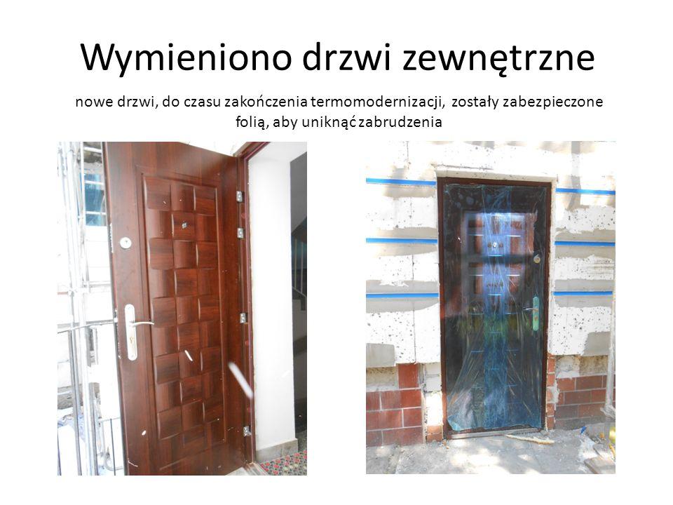 Wymieniono drzwi zewnętrzne nowe drzwi, do czasu zakończenia termomodernizacji, zostały zabezpieczone folią, aby uniknąć zabrudzenia