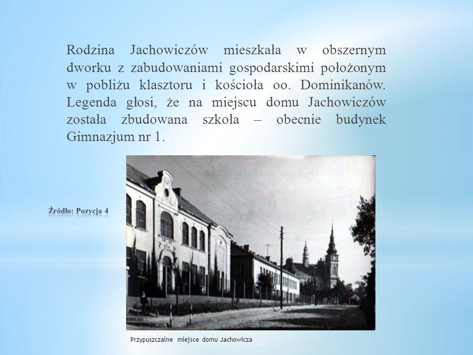 Rodzina Jachowiczów mieszkała w obszernym dworku z zabudowaniami gospodarskimi położonym w pobliżu klasztoru i kościoła oo.