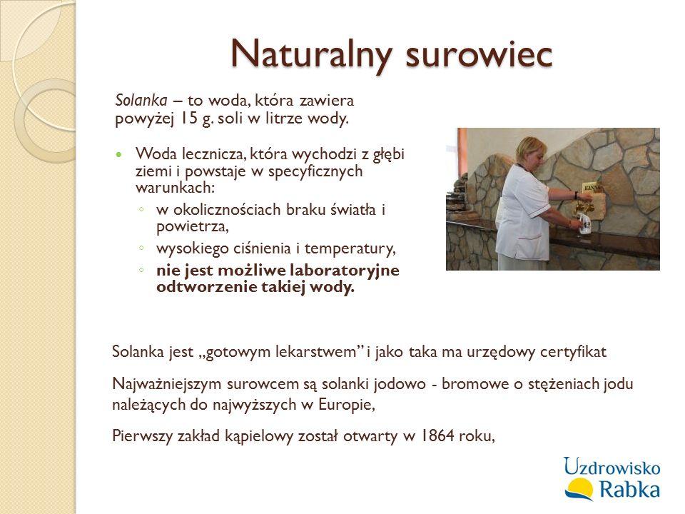 Naturalny surowiec Solanka – to woda, która zawiera powyżej 15 g. soli w litrze wody. Woda lecznicza, która wychodzi z głębi ziemi i powstaje w specyf