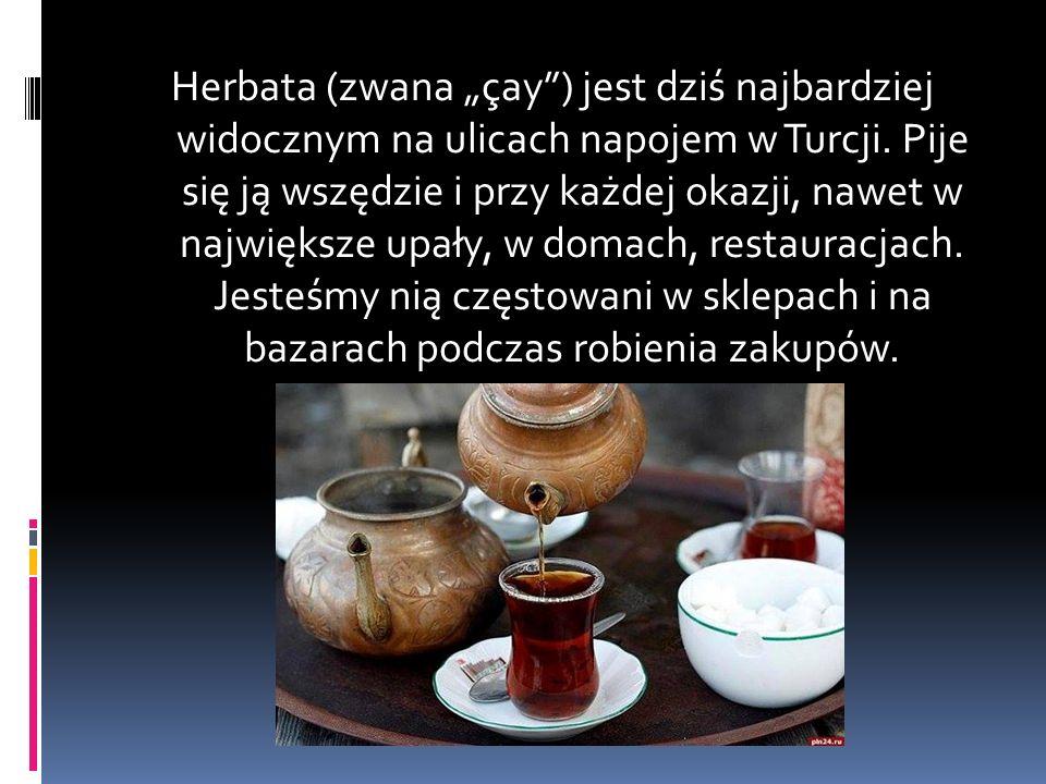 """Herbata (zwana """"çay ) jest dziś najbardziej widocznym na ulicach napojem w Turcji."""