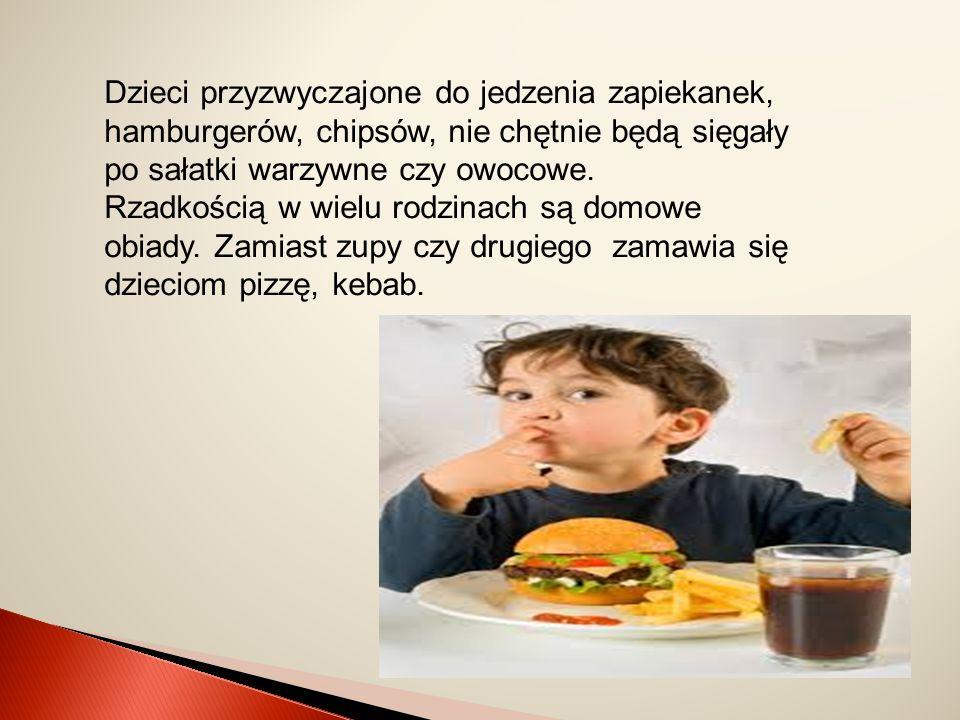 Dzieci przyzwyczajone do jedzenia zapiekanek, hamburgerów, chipsów, nie chętnie będą sięgały po sałatki warzywne czy owocowe. Rzadkością w wielu rodzi