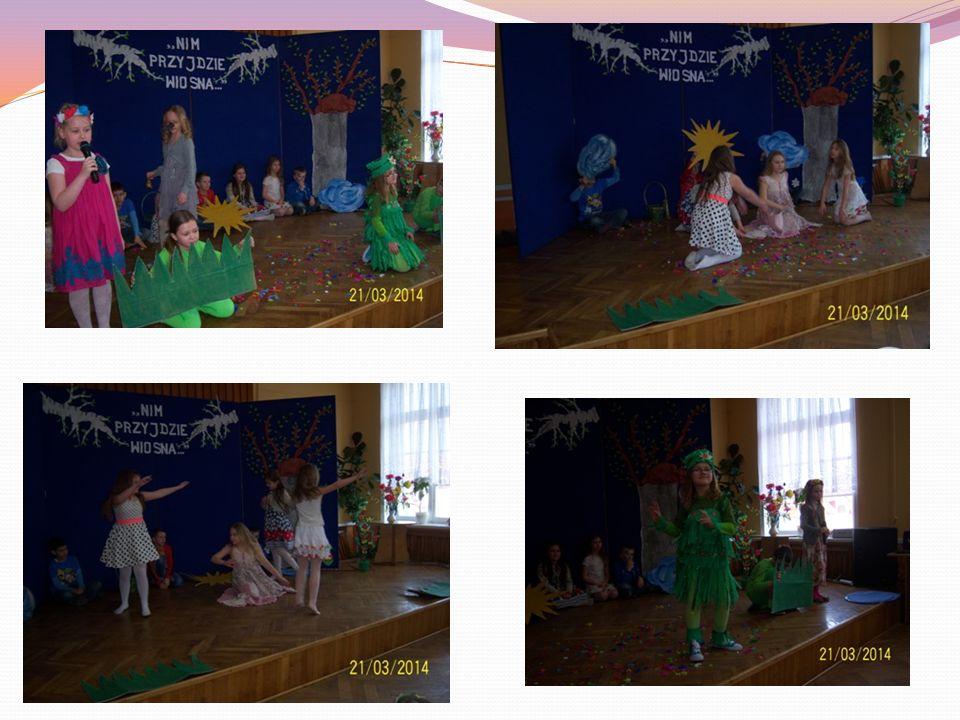 Uczniowie klasy IIA z wychowawcą, panią Agnieszką Górecką, przygotowali inscenizację o wiośnie.