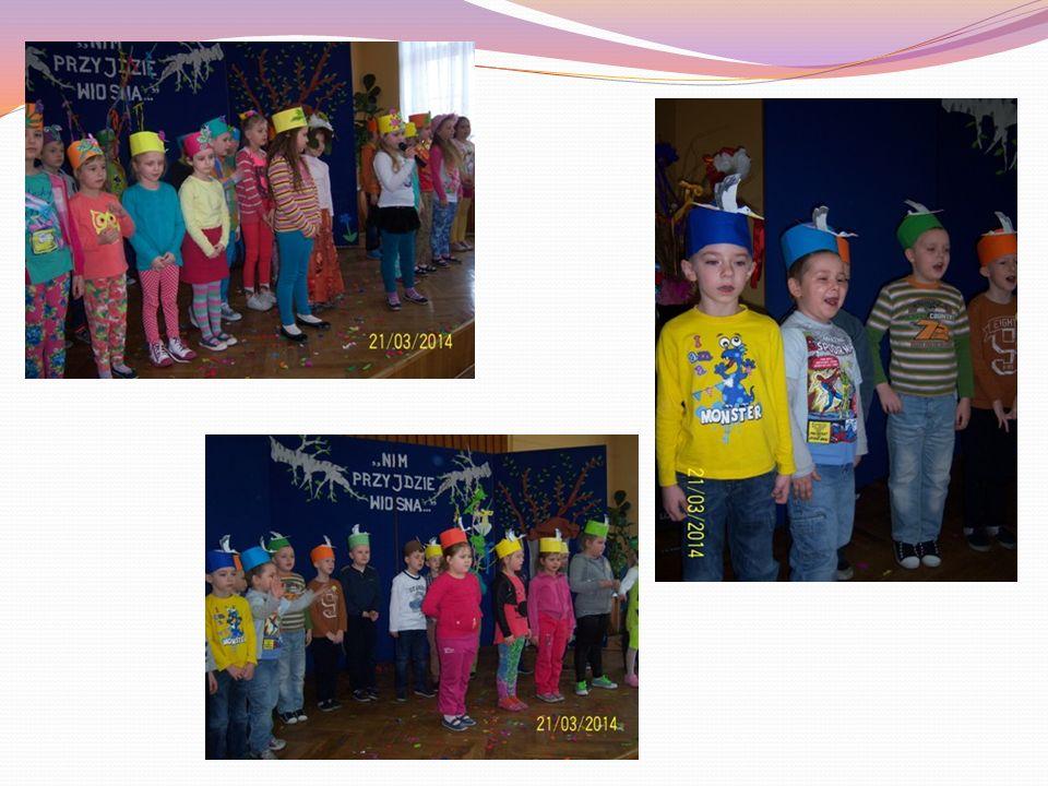 Poszczególne klasy prezentowały przygotowany gaik wiosenny, kapelusze ustrojone kwiatami oraz śpiewały piosenkę na wiosenną pogodę.
