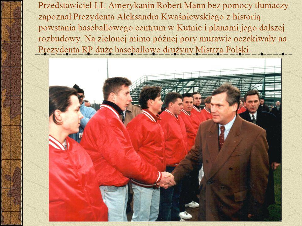 Przedstawiciel LL Amerykanin Robert Mann bez pomocy tłumaczy zapoznał Prezydenta Aleksandra Kwaśniewskiego z historią powstania baseballowego centrum
