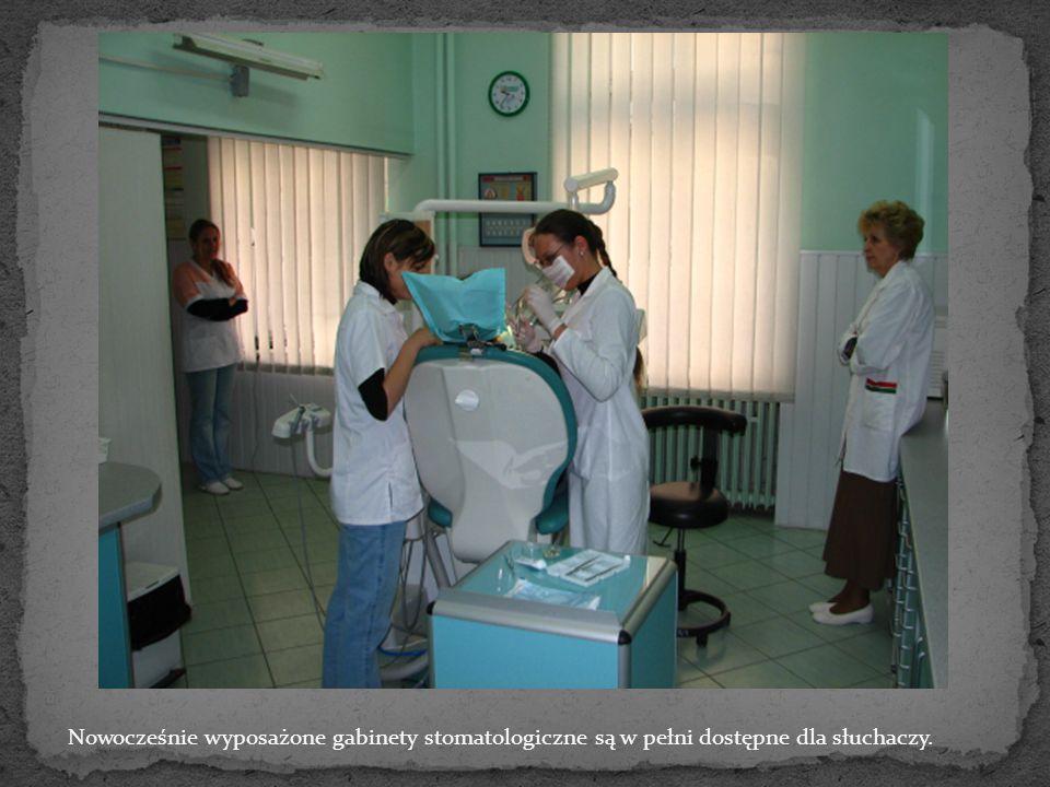 Nowocześnie wyposażone gabinety stomatologiczne są w pełni dostępne dla słuchaczy.