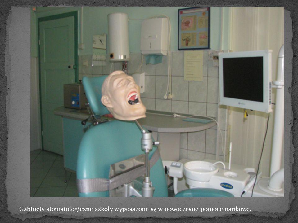 Gabinety stomatologiczne szkoły wyposażone są w nowoczesne pomoce naukowe.